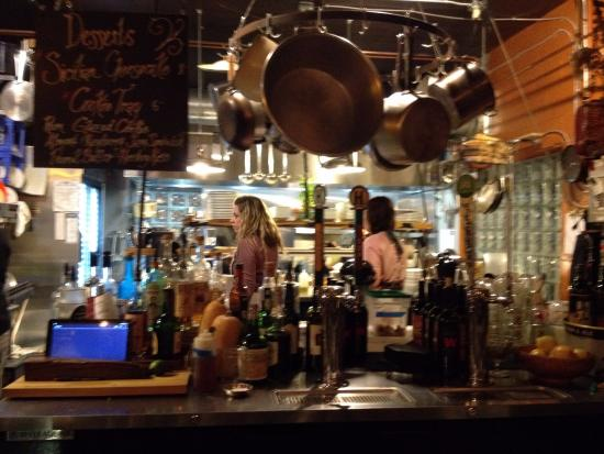 Blasdell, estado de Nueva York: View from bar into kitchen