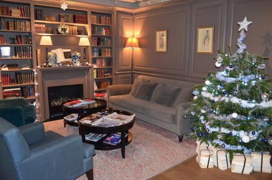 Hotel Verneuil: Comfy sitting room decorated for Christmas