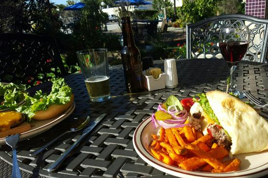 Sebring, FL: Lunching in the garden!