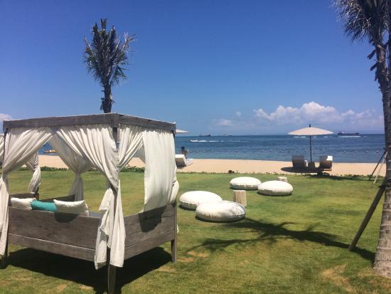 outdoor himmelbett im hotelgarten zwischen pool und strand. Black Bedroom Furniture Sets. Home Design Ideas