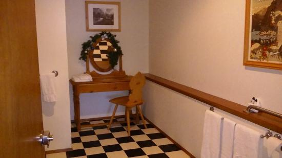 Hotel Pension Anna: Large, handicap-access bathroom