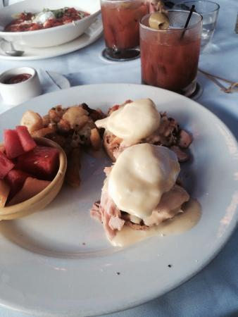 City Oyster : Eggs Benedict with salmon