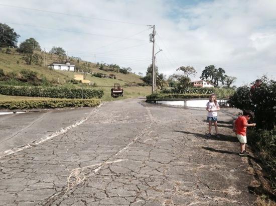 Nuevo Arenal, Costa Rica: Parte de las instalaciones con el acceso, jardines y capilla al fondo!