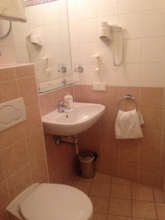 Suite Hotel 900 m zur Oper: ванная, со шторкой ,удобно и душ и ванну принимать