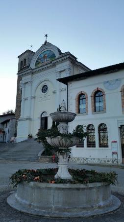 La chiesa e il campanile di S.Nicolò a Poffabro, visti dalla piazza