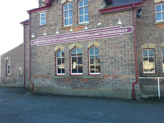 Llanfairpwllgwyngyll, UK: trains still stop