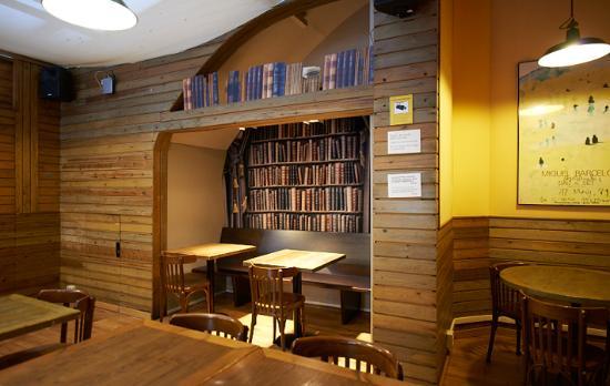 10 bästa kaféerna att studera och jobba i Barcelona Laie Libreria Cafe, Barcelona - Student Expat