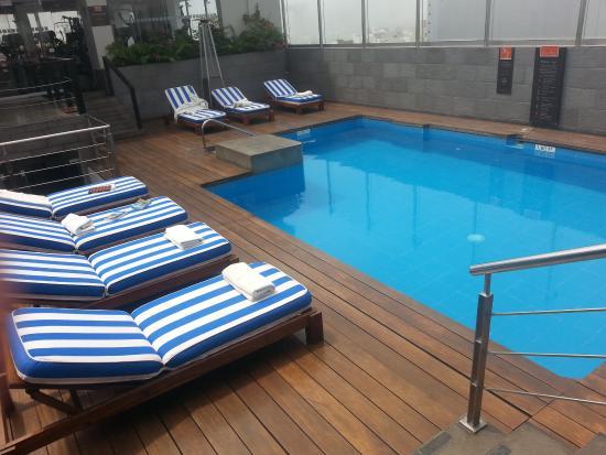 Radisson Hotel Decapolis Miraflores: Terraço com piscina