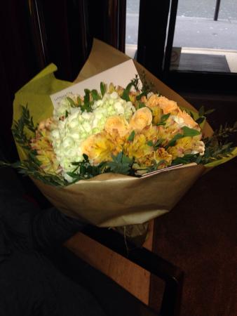 Hotel Monna Lisa: The hotel team brought flowers to my mum when they know her mother passed away while she is visi