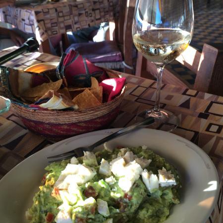 Cafe El Faro: Guacamole, white wine and chips