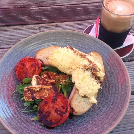 Twizel, نيوزيلندا: halloumi, eggs on toast