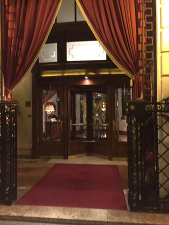 El Palace Hotel: Traveling from Holland to here! Big attitude front door!