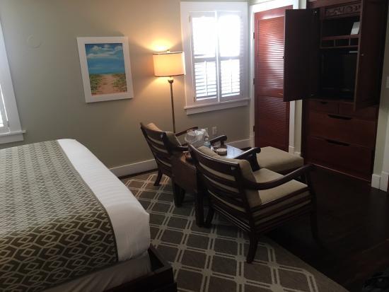 Elizabeth Pointe Lodge: TV desk area