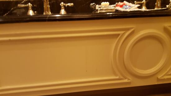 The Palazzo Resort Hotel Casino: Bathroom was not cleaned very well