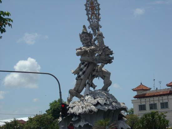 Kuta Square: huge statue on Gnurah Rai by pass