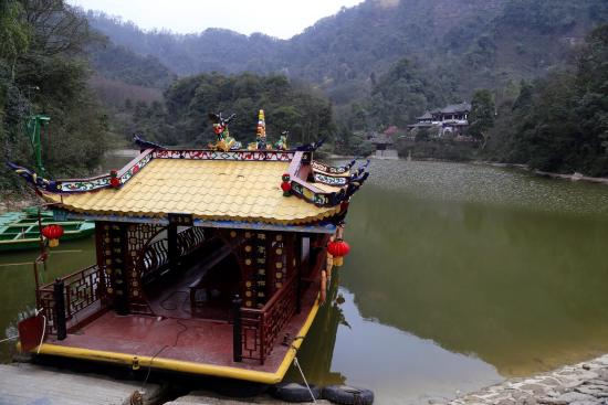 Mount Qingcheng: Serene lake