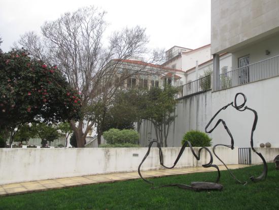 Lousa, Portugal: De um dos jardins para a parte posterior do hotel