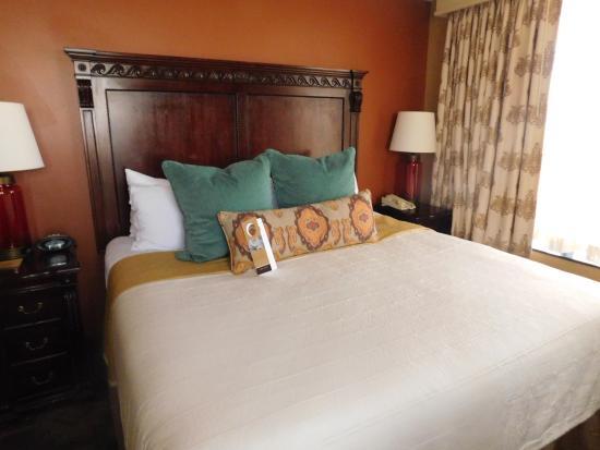 Omni San Antonio Hotel: Comfy bed with okay blanket