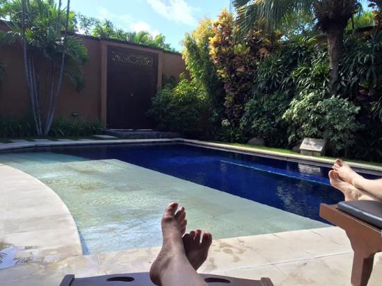 The Kunja Villas & Spa: Relaxing by the pool