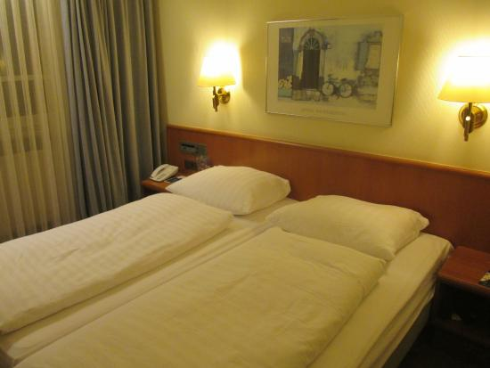 Hotel Am Jakobsmarkt: Twin bed with old radio on bed head