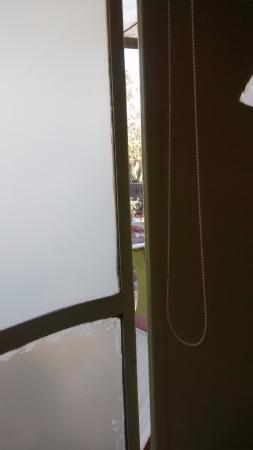 شارنام جرين ريزورت: Gaps in the sliding doors - mosquito problem