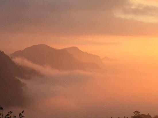 Tianyi : 全年只有十天、八天的雲海日落