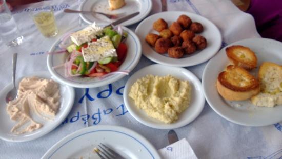 Agia Anna, Grecia: Greek salad, Taramasalata (Cod roe salad), Skordalia (Garlic dip) and mixed seafood balls.