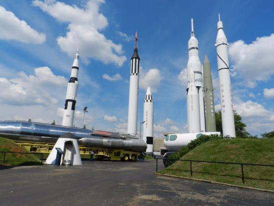 6aae55a248c Venkovní expozice různých raket - Picture of U.S. Space and Rocket ...
