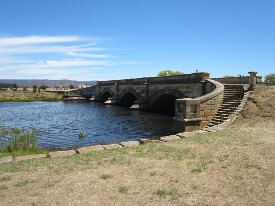 Tasmania, Australia: 時の流れを感じる石橋です