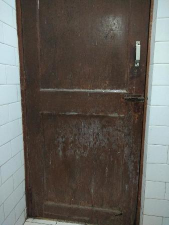 Anand Palace Hotel & Vista Rooms: dirty door of bathroom