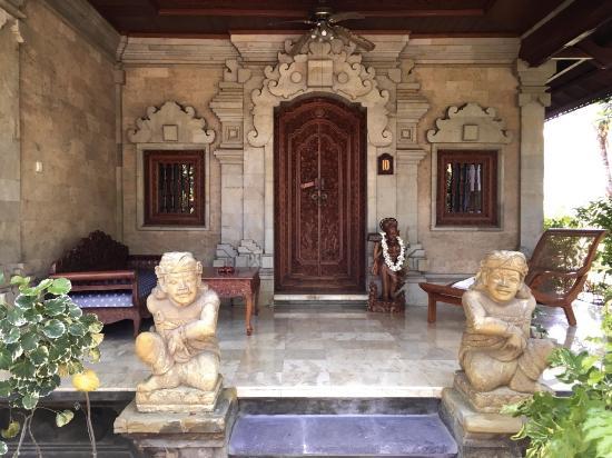 Matahari Beach Resort & Spa: Eingang zum Zimmer