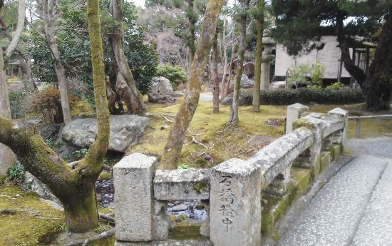 Hakusha Son-so Garden : 池と池の間の川を越える石橋
