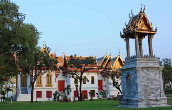หอระฆัง - Picture of Wat Benchamabophit (The Marble Temple), Bangkok - TripAd...