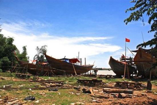 Kim Bong Carpentry Village: Carpenter desiger Cam Kim Boats - Dock Square
