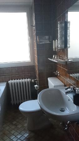 Badezimmer im Charme der 70iger - Picture of Novum Hotel Excelsior ...