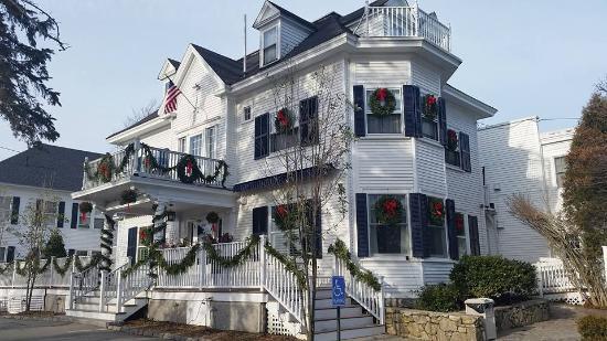 Kennebunkport Inn: The Inn dressed for the holidays