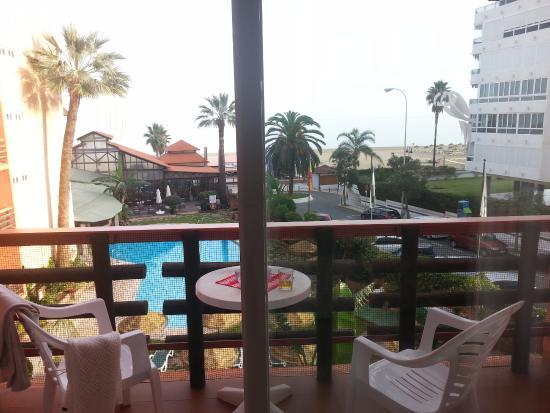 Hotel Tropicana: Balkong, pool och strand