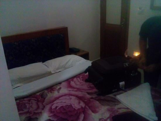 Ashutosh Inn: Thats the door and the bed right in front, no space to even move inside the room.