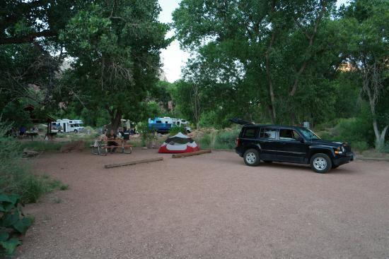 Watchman Campground: der riesige RV-Stellplatz, Feuerring und Tisch, mit Strom