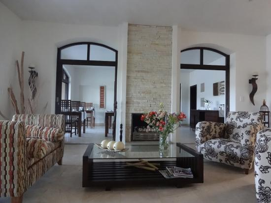 Wilderness, Sudáfrica: Bright and airy lounge area with dining area, where breakfast is served in the back ground