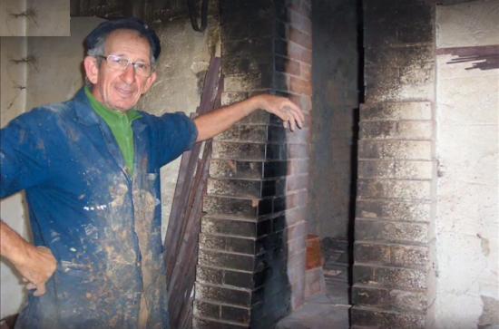Samarelli Giuseppe Antonio : Il figulo Tonino Samarelli accanto alla sua storica fornace per la cottura dei manufatti di cret