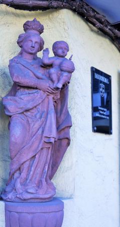 Oestrich-Winkel, Duitsland: Marienstatue in einer Nische am Gasthaus