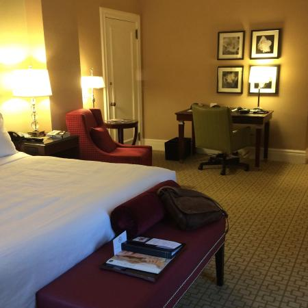 Fairmont Chateau Laurier: Spacious desk with wifi and plugs in for the electronics