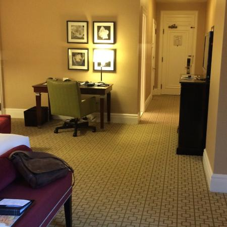 Fairmont Chateau Laurier: Spacious king size bed room with walk in closet
