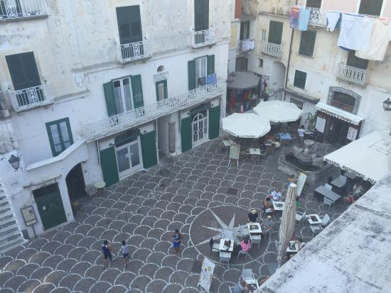 A'  Scalinatella Hostel and  Hotel: Main, little square in Atrani with resturants and shops
