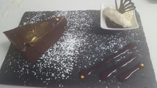 Bigbury-on-Sea, UK: Warm Chocolate fudge cake served with sunday lunch Yum
