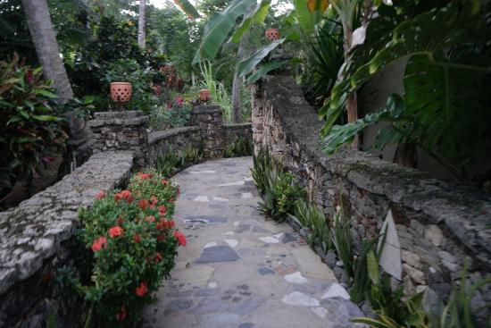 Hotel El Magnifico: Beautiful grounds