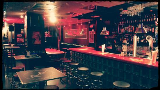 """""""No tenemos WiFi, hablen entre ustedes"""" (privado: Giovanni)  Rolling-rock-pub"""