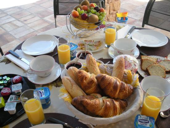 Villa Charme et Détente : Enjoy continental breakfast on terrace