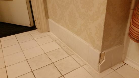 Carlyle Hotel: Damage to bathroom tile.